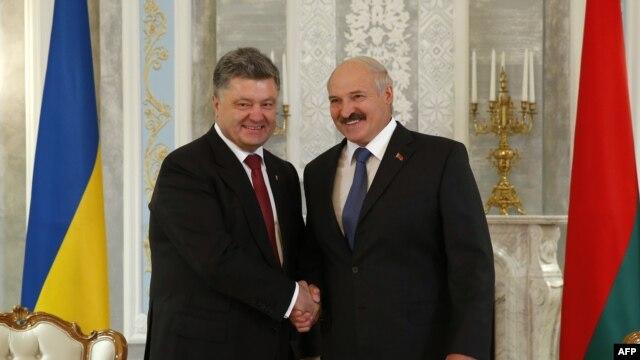 Президент України Петро Порошенко (ліворуч) і керівник Білорусі Олександр Лукашенко. Мінськ, 26 серпня 2014 року