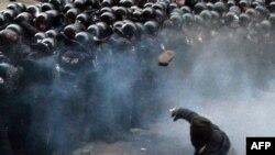 Спецподразделения милиции разгоняют демонстрацию. Киев, 1 декабря 2013 года.
