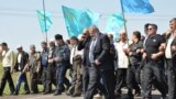 """Сәуірдің 28-і күні Шымкент қаласы Абай аудандық соты 2012 жылы желтоқсанда Шымкент қаласының түбінде <a href=""""http://www.azattyq.org/content/kazakhstan_border_patrol_aircraft_crash/24808489.html"""" target=""""_blank"""">апатқа ұшыраған</a> &laquo;Ан-72&raquo; әскери ұшағына қатысты қозғалған қылмыстық іс бойынша &laquo;Қазаэронавигация&raquo; компаниясының Шымкенттегі филиалының диспетчері Қанат Ақылбеков айыпты деп тауып, оны 6 жылға соттау туралы <a href=""""http://www.azattyq.org/content/shymkent_an_72_plane_crash_trial_verdict_kanat_akylbekov/25364836.html"""" target=""""_blank"""">үкім шығарды</a>. Жазасын қоныстандыру колониясында өтейтін және сот оған 3 жыл әуе диспетчері қызметін атқаруға тыйым салған Ақылбеков &quot;тергеу дұрыс өтпегенін, айыбы жоқ&quot; екенін айтады.<br /> <br /> Суретте: &quot;АН-72&quot; ұшағы апатына қатысты сотталған Қанат Ақылбеков (оң жақта) пен оның адвокаты Ардақ Балпықов."""