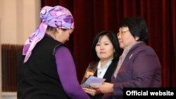 Президент Роза Отунбаева Апрель ыңкылабынын каармандарына сыйлык тапшырууда,
