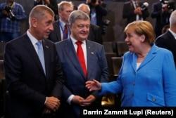 Премьер-министр Чехии Андрей Бабиш (слева) в компании президента Украины Петра Порошенко и канцлера Германии Ангелы Меркель на саммите НАТО в Брюсселе