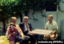 Антон Адамовіч (другі зьлева) ў гасьцях у Алеся Салаўя. Мэльбурн, 1977 г.