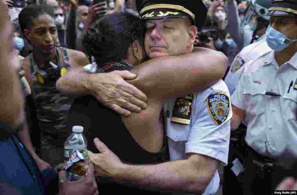 I njëjti zyrtar policor është parë duke përqafuar një aktivist, teksa protestuesit janë ndalur për të pushuar në rrugët e Nju Jorkut.