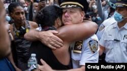 Nyu York şəhər Polis Departamentinin rəhbəri Terence Monahan etirazçı ilə qucaqlaşır, 1 iyun, 2020-ci il