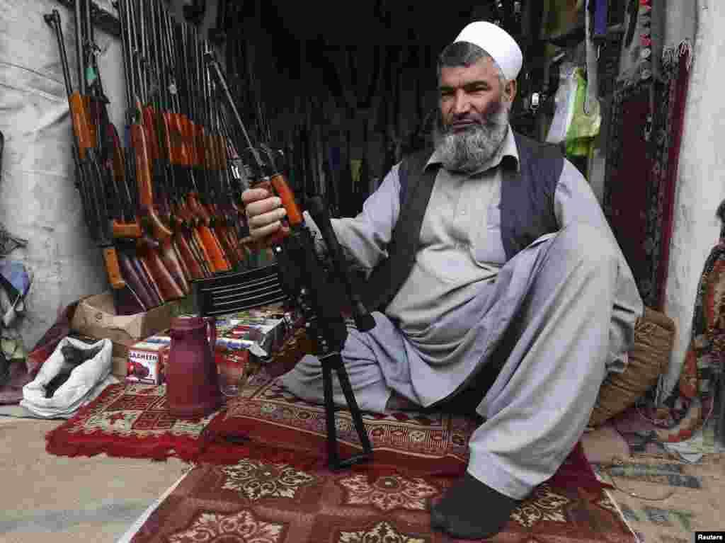Чалавек прадае зброю ў цэнтры Кабулу, Афганістан