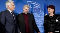 EU Parliament President Jerzy Buzek (left) welcomes Andzelika Borys (right), chairwoman of the Union of Poles in Belarus, and Alyaksandr Milinkevich, Belarus opposition leader, prior to a meeting at the EU Parliament in Brussels on February 23.