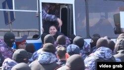 Полицейский спецназ заталкивает задержанных в автобус. Нур-Султан, 1 мая 2019 года.