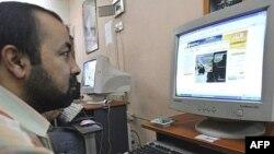 عراقي يتصفح مواقع الكترونية