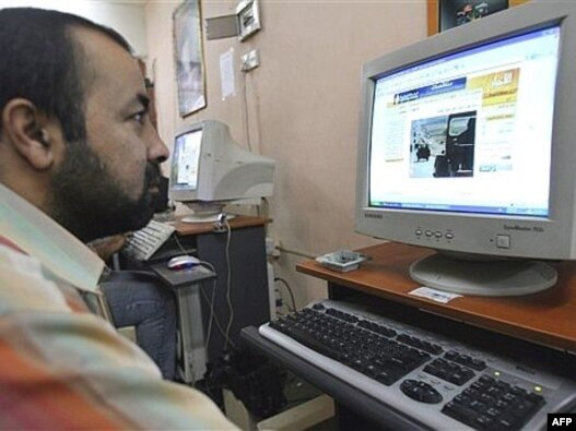 A man surfs the Internet at a cafe in Baghdad's impoverished district of Al-Sadr city. (file photo)