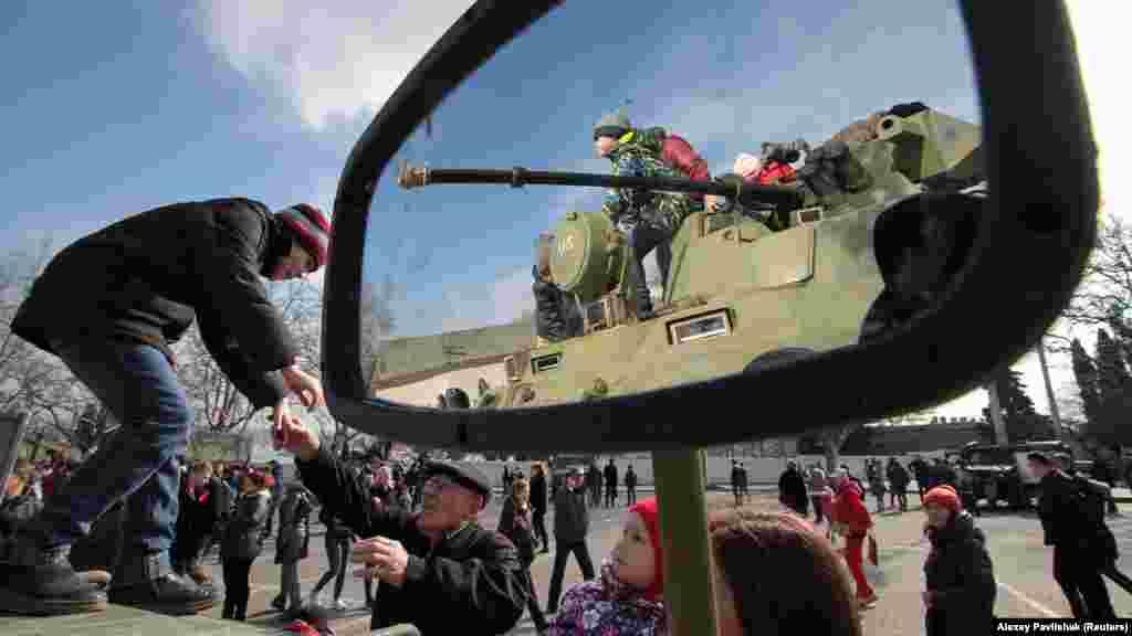 «Гради», бронетранспортери і бронеавтомобілі викликали інтерес дітей, якіприйшли на святкування