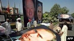 Не хуже, чем в Южной Родезии. К приезду в Пакистан Михаила Фрадкова (портрет в центре) Исламабад заиграл новыми красками