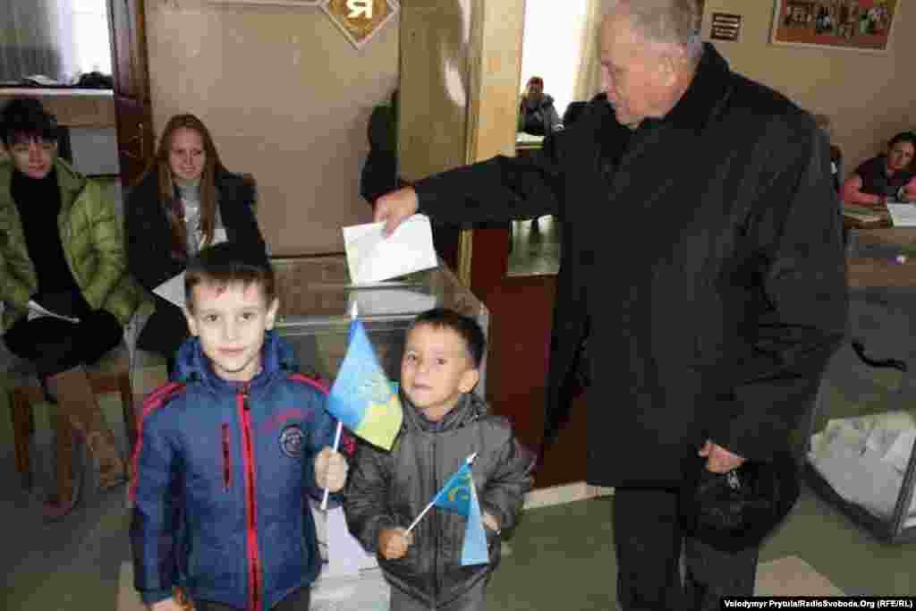 Кримчани голосують на виборчій дільниці у Херсоні
