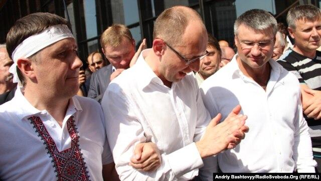 Арсеній Яценюк та В'ячеслав Кириленко. Акція протесту проти  закону про мову