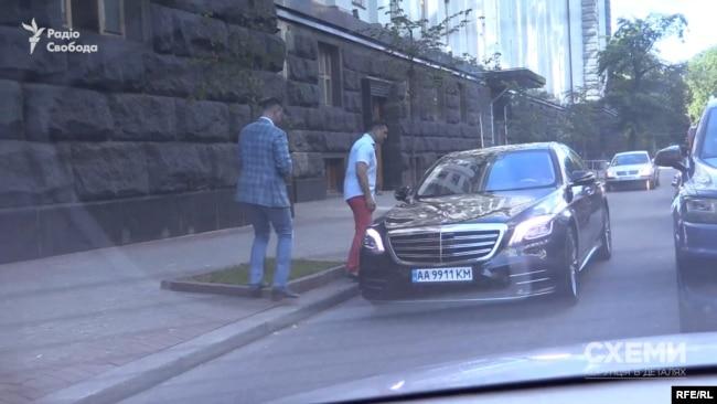 Там на нього чекав депутат Тищенко, який потім вказав водієві їхати до Офісу президента