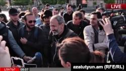 Оппозиция жетекшісі Никол Пашинян үкімет үйі алдында журналистерге сұхбат беріп тұр. Ереван, 19 сәуір 2018 жыл.