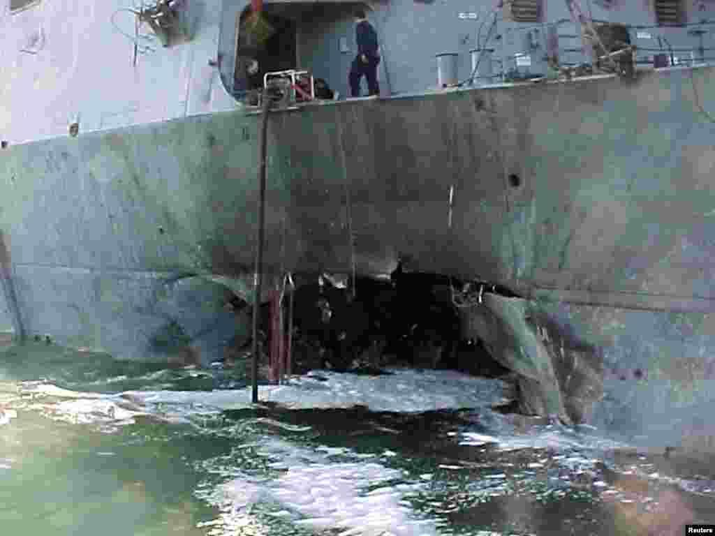 """Амэрыканскі эсьмінец """"USS Cole"""" пасьля выбуху бомбы падчас запраўкі ў Емэнскім порце Адэн у кастрычніку 2000. Загінула 17 амэрыканскіх вайскоўцаў"""