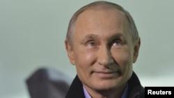 Президент России Владимир Путин улыбается во время интервью журналисту корпорации BBC. Сочи, 17 января 2014 года.