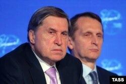 Yuri Ușakov, consilierul lui Putin (stânga), aici alături de șeful spionajului rus, Serghei Narîșkin, la un forum din 2016