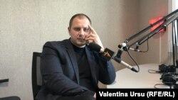 Ștefan Gligor în studioul Europei Libere de la Chișinău, imagine de arhivă