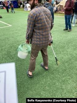 Волонтер, собирающий мусор в автономной зоне