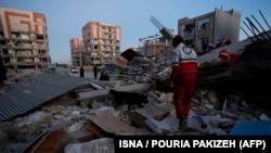 Сотрудники экстренных служб на месте разрушений в городе Сарполь-э-Зазаб в иранской провинции Керманшах. 13 ноября 2017 года.