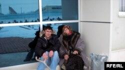 Elvin Hüseynov və Xanımzər Hüseynova Psixi Xəstəliklər Dispanserinin qarşısında - 8 yanvar 2008