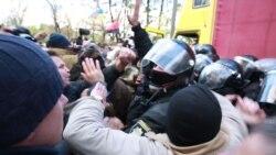 Под Верховной Радой произошла потасовка из-за аппаратуры для вече (видео)