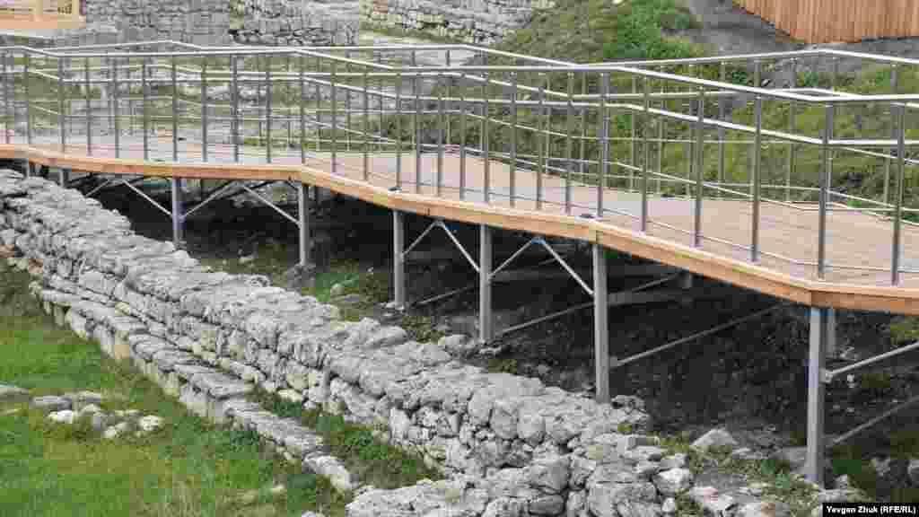 В некоторых местах металлические конструкции стоят прямо на древних стенах или вплотную к ним