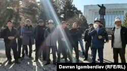 Участники акции протеста у Дома правительства. 15 февраля 2021 года.