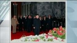 Tijelo Kim Jong-ila izloženo u staklenom sanduku