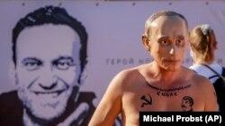 ШВЕЙЦАРИЯ - Владимир Путинге түспөлдөш маска кийген киши камактагы саясатчы Алексей Навальныйдын эркиндигин талап кылган иш-чарада. 15-июнь, 2021-жыл.
