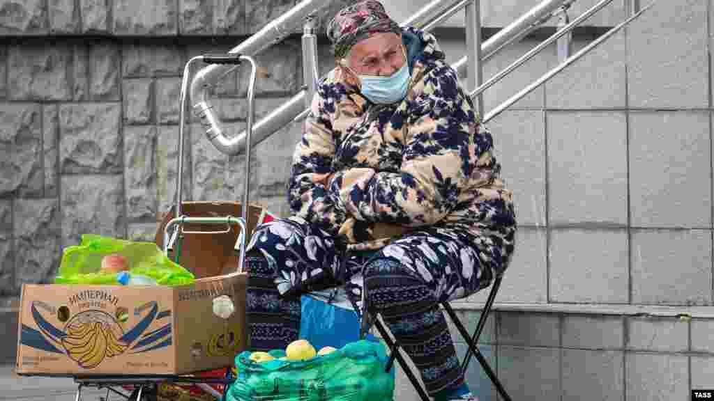 На одній з вулиць Сімферополя жінка продає яблука