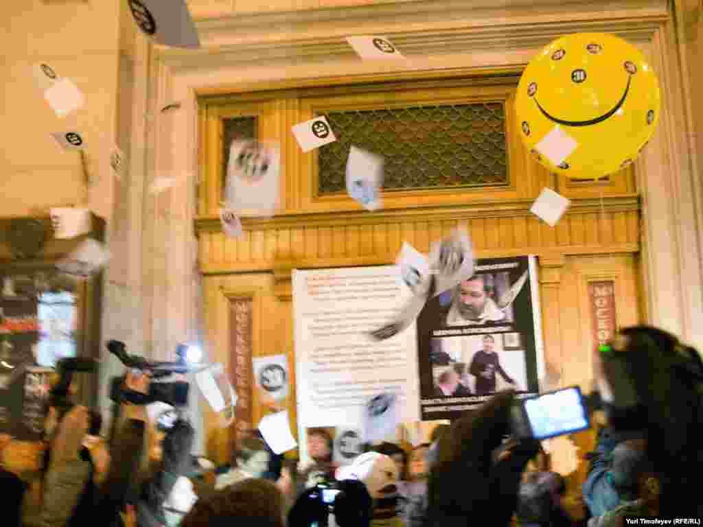 Опозиціонери на сходах концертного залу імені Чайковського учасники мітингу розкидали листівки, й скандували «Росія без Путіна!», «Росія буде вільною!»