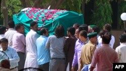 Карачидеги чабуулда өлгөн шиит исмаилиттерди акыр сапарга узатуу зыяпаты. 14-май 2014.