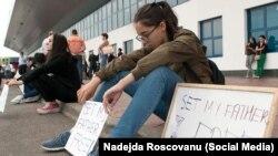 Родственники депортированных турецких граждан в аэропорту Кишинева