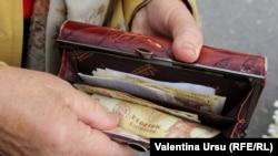 Lei moldovenești în portofelul unei pensionare de la Cahul.