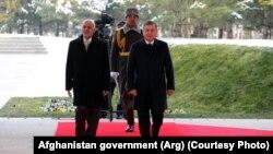 Президенты Узбекистана и Афганистана Шавкат Мирзияев (справа) и Мохаммад Ашраф Гани. Ташкент, 5 декабря 2017 года.