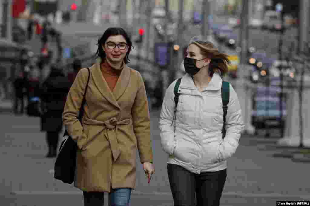Жінки гуляють у центрі Мінську 20 квітня