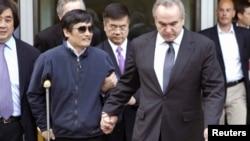 Čen Guangčeng sa ambasadorom SAD u Kini gerijem Lokom