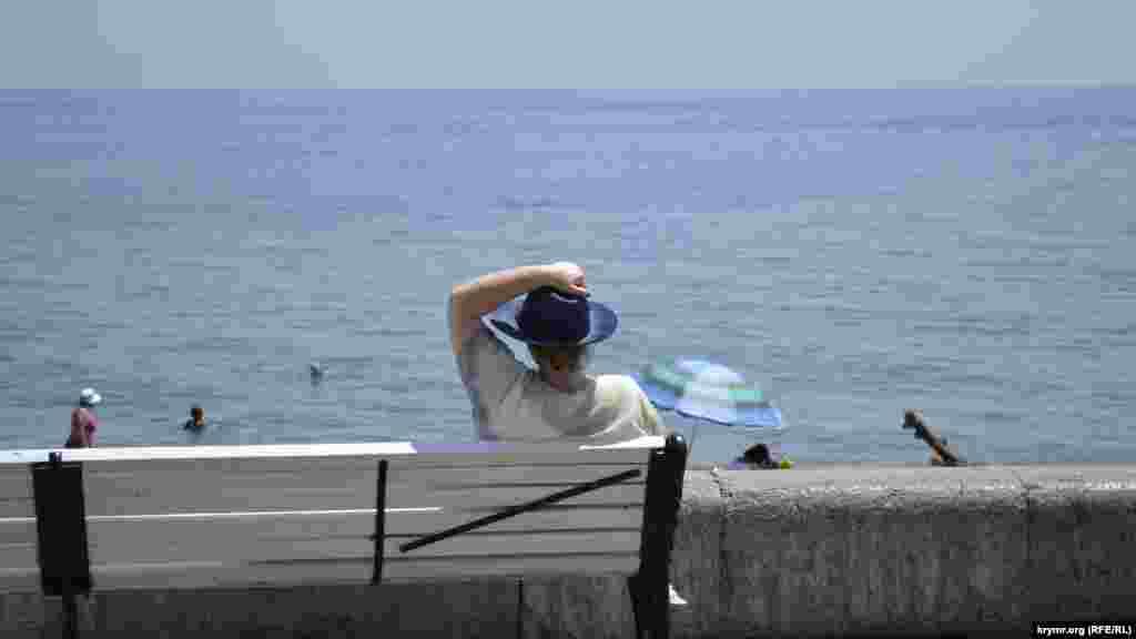Хтось вважає за краще медитувати під шум хвилі, милуючись морем