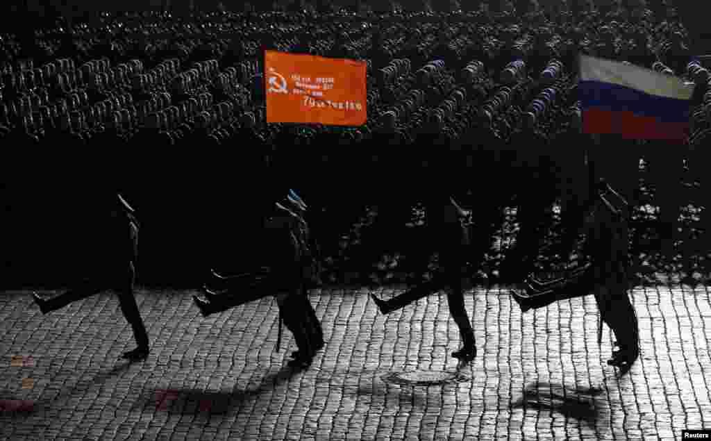 Бергьенлъиялъул парадалъул репетициялда. (Reuters/Maxim Shemetov)