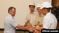 Иллюстрационное фото. В преддверии Дня строителя в крымском парламенте Владимир Константинов чествовал ветеранов и работников строительной отрасли