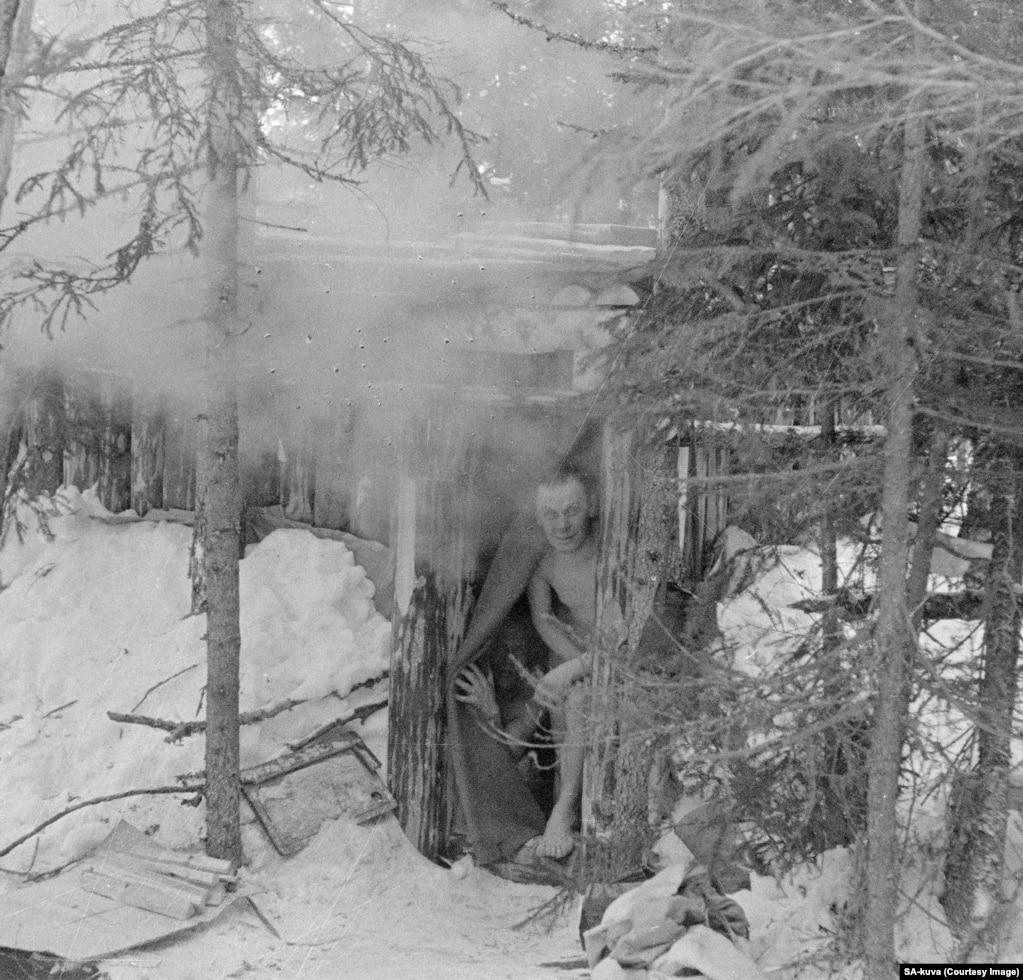 Фінські бійці визирають зі сауни під час війни