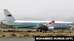هواپیمای عمانی که روز شنبه برای انتقال مجروحان به صنعا رفته بود، دو شهروند آمریکایی را نیز پس از آزادی به مسقط بازگرداند.