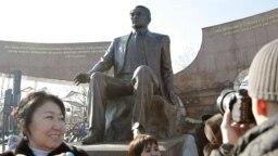 Церемония открытия памятника Нурсултану Назарбаеву в Парке Первого Президента в Алматы, 11 ноября 2011 года.