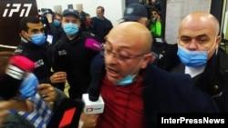 Протестующий журналист - в зале ЦИК Грузии, 1 ноября 2020