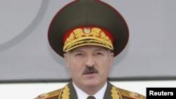 Александр Лукашенко на военном параде в Минске 9 мая 2010 года