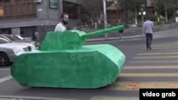 Артак Геворгян в картонном танке на улицах Еревана
