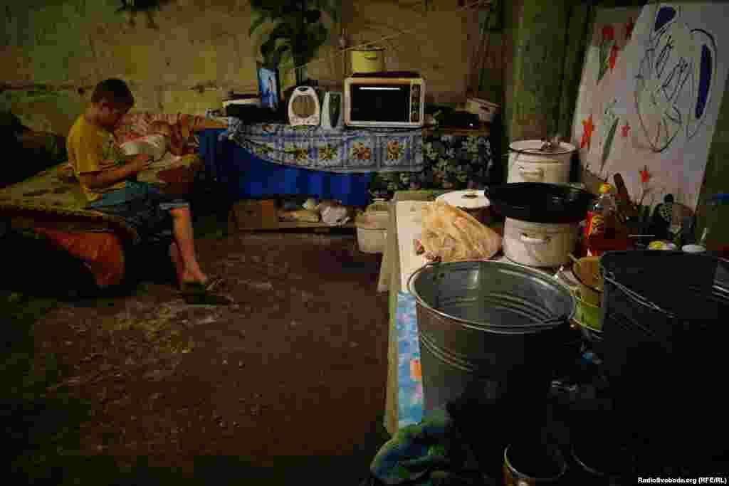 Дехто пристосувався до умов життя під землею, мешканці підвалів звикли до отримання гуманітарної допомоги