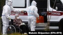 Ռուսաստան - Բուժաշխատողները հոսպիտալացնում են կորոնավիրուսով վարակված կնոջը, Մոսկվա, 14-ը սեպտեմբերի, 2020թ.